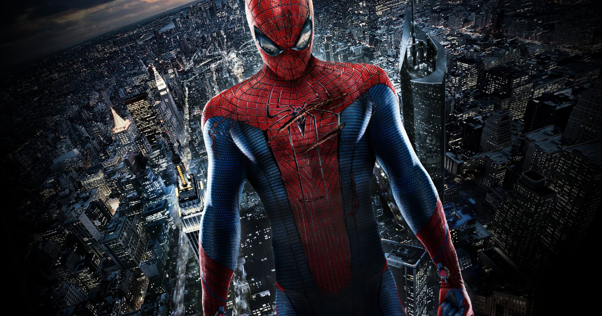 spider-man è in piedi sullo sfondo della città e la sua tuta presenta due tagli su petto - nerdface