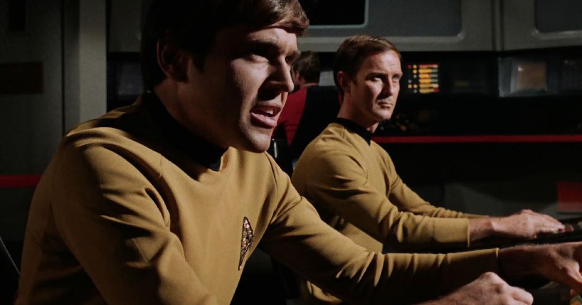 chekov al desk di controllo dell'enterprise - nerdface
