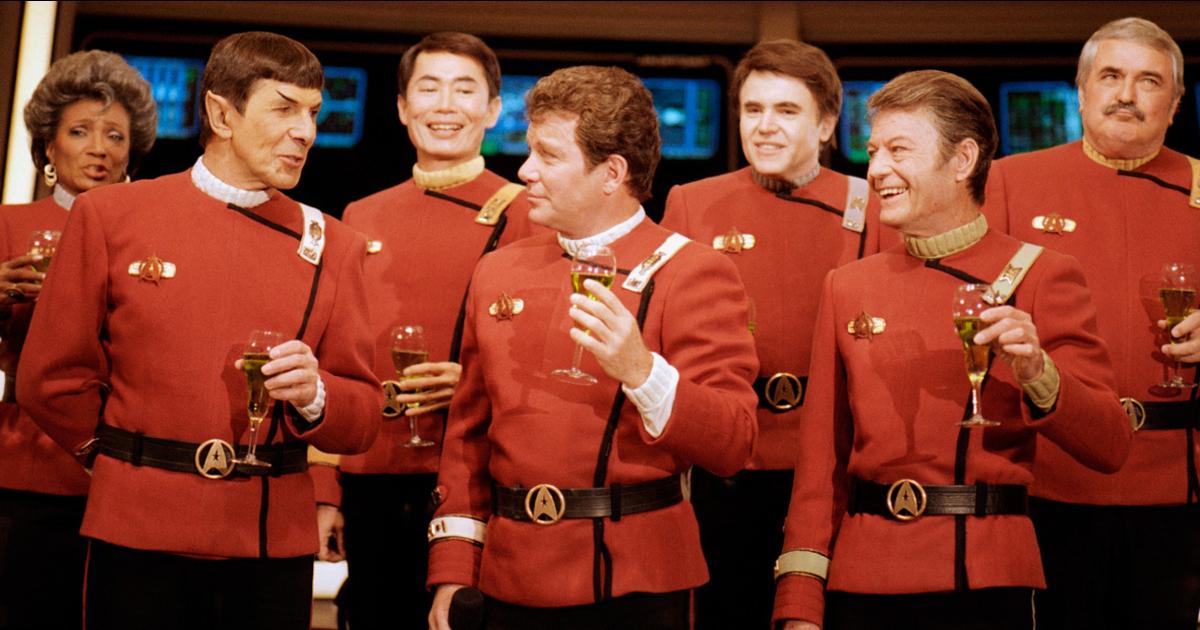 l'equipaggio storico dell'enterprise calici in mano festeggia qualcosa - nerdface