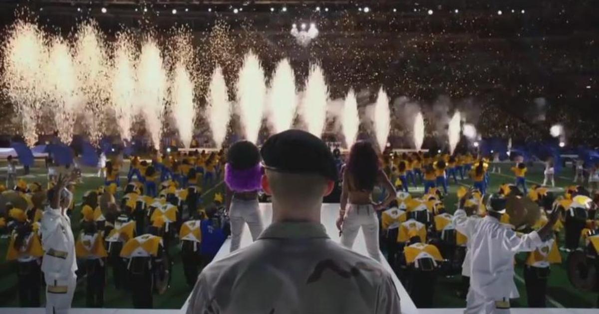billy lynn è di spalle e osserva i fuochi di artificio in suo onore prima della partita di football - nerdface