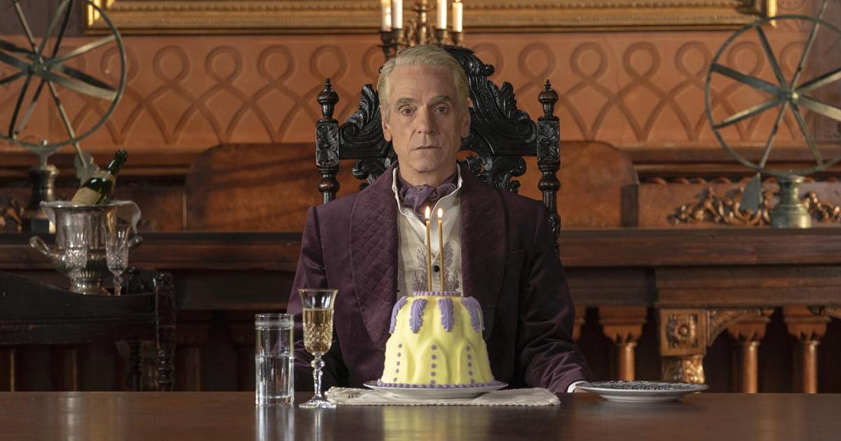 jeremy irons è adrian veidt, seduto in un lussuoso salotto con di fronte la torta di compleanno - nerdface