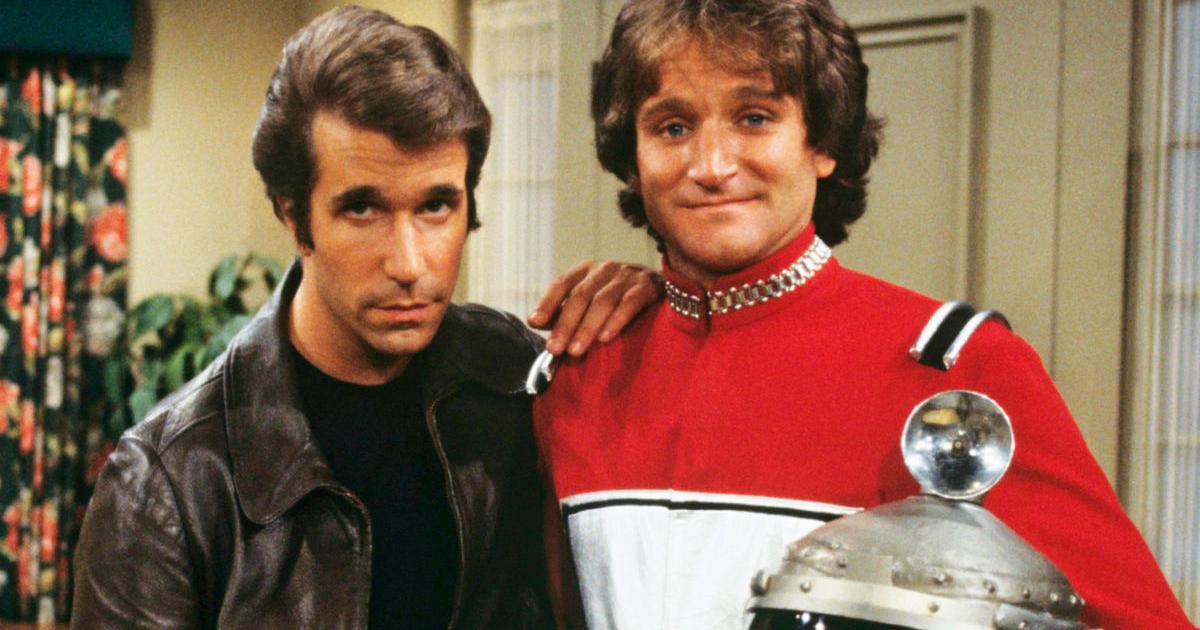 mork è in posa con fonzie, nell'episodio in cui apparve in happy days - nerdface