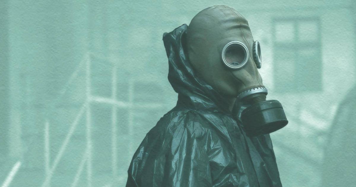 un uomo in tenuta antiradioazioni indossa la maschera antigas - nerdface