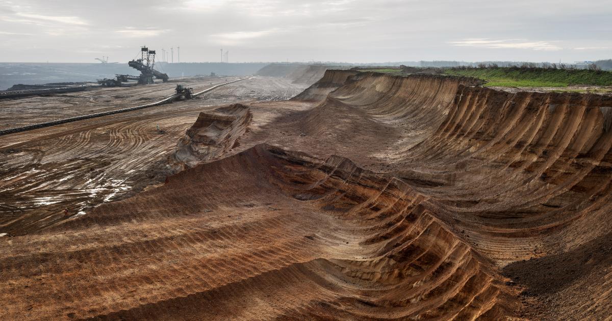 una macchina streattiva sta scavando un terreno, mordendo veri e propri pezzi di terra - nerdface