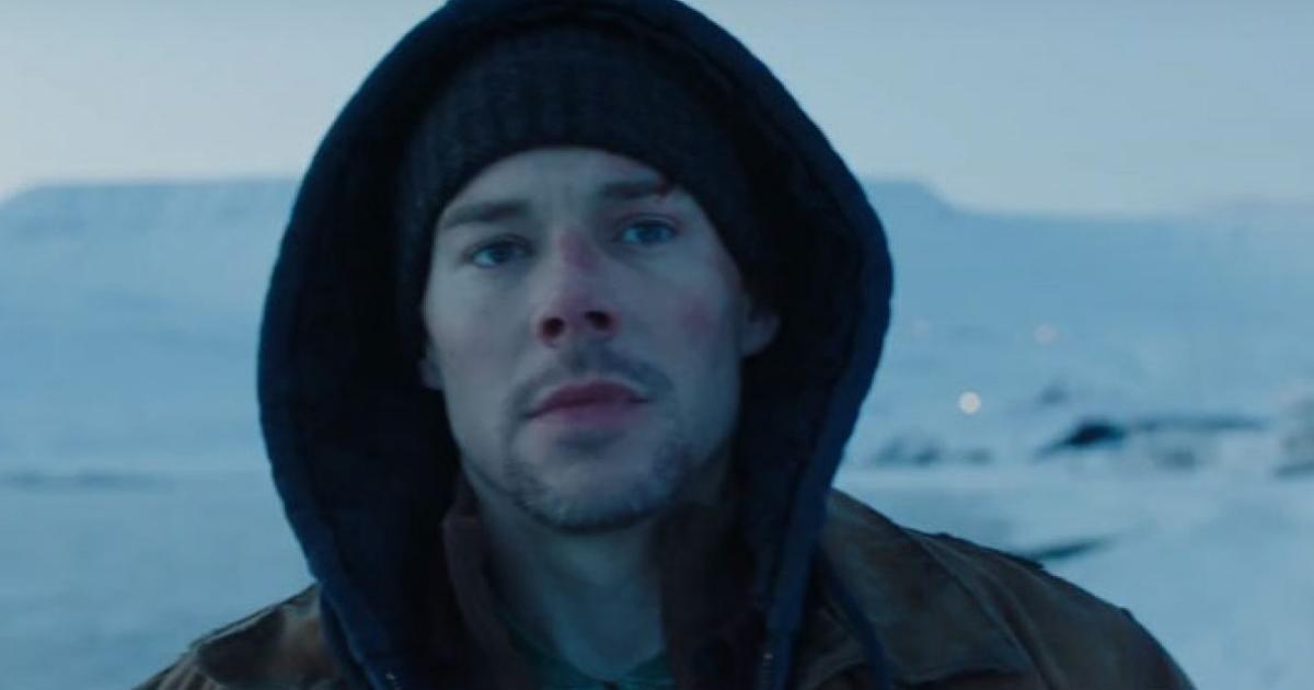 il protagonista è in una terra ghiacciata e indossa un cappuccio - nerdface