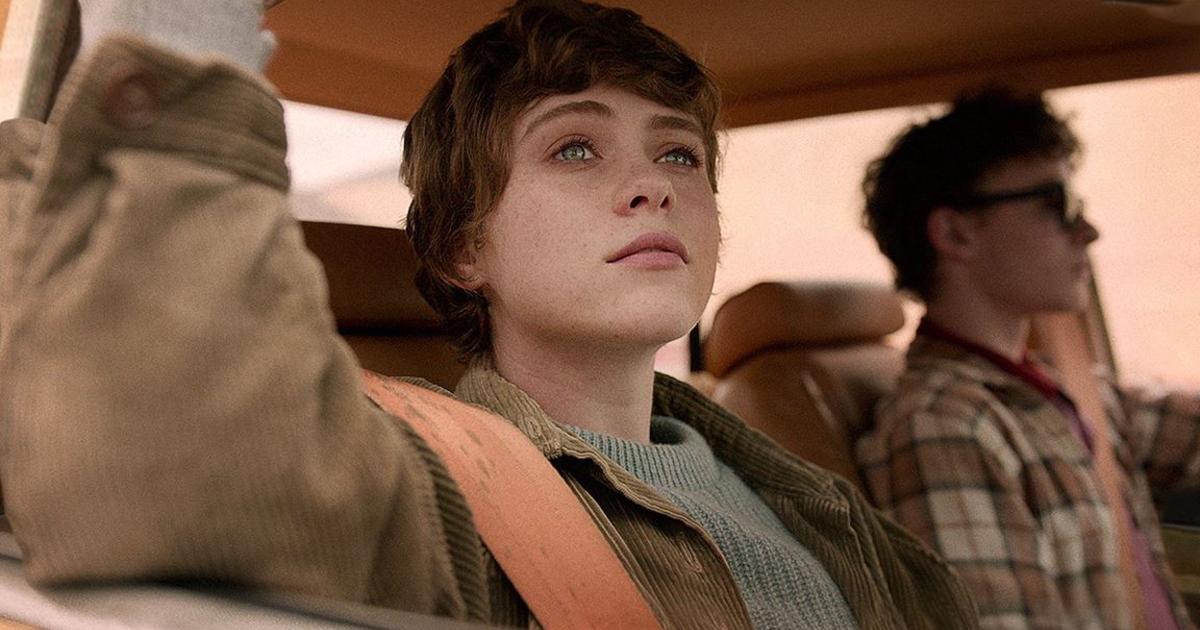 sohpie lillis è in auto con un amico e guarda fuori dal finestrino con aria consapevole - nerdface
