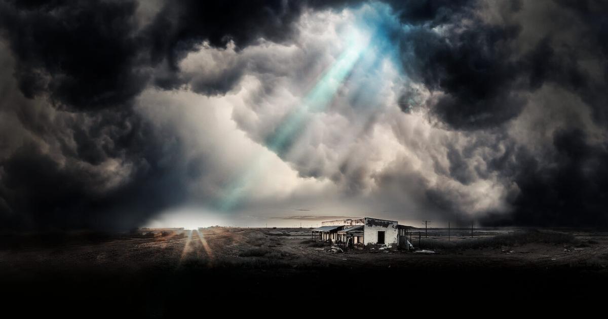 una casa abbandonata nel nulla in un panroama denso di nubi dalle quali ecse un solo raggio di sole - nerdface