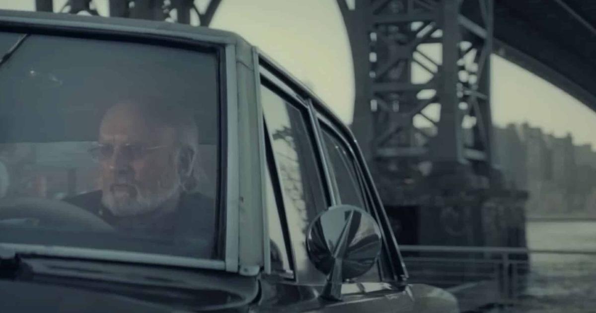 un uomo è in auto, vicino il ponte di brooklyn, e ha tutta l'aria di essere un segugio della polizia - nerdface