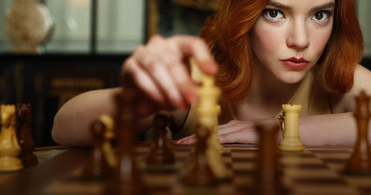 la protagonista sta muovendo un pezzo sulla scacchiera come se stesse giocando contro di noi - nerdface