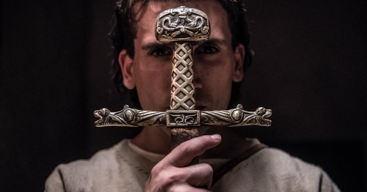 el cide si porta l'elsa della spada di fronte al viso - nerdface