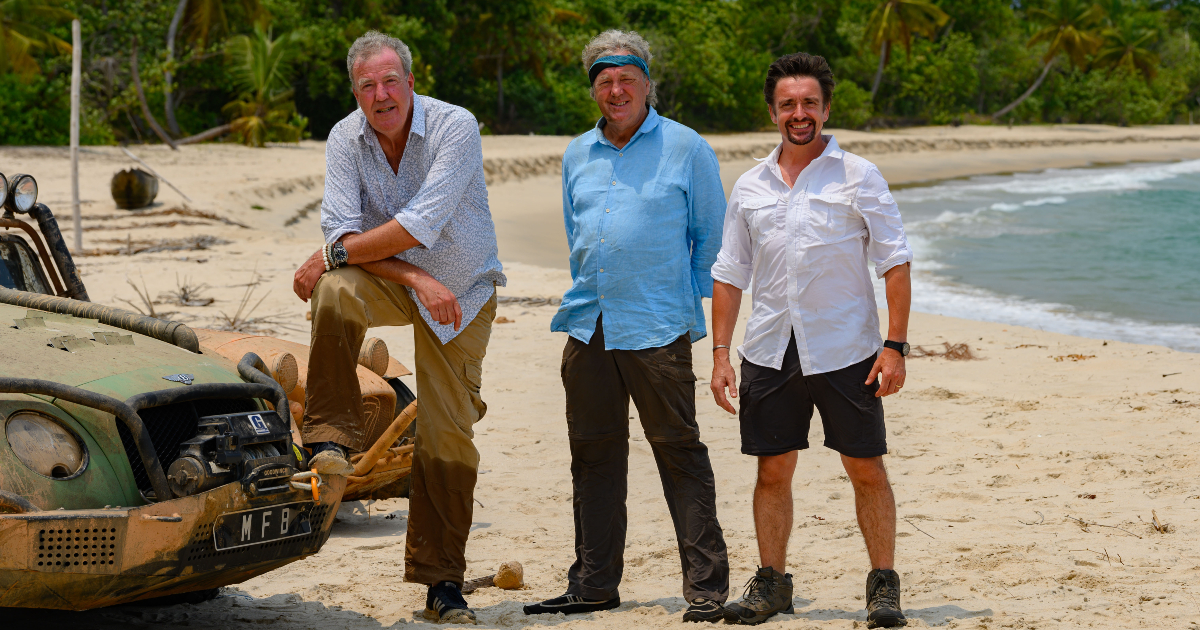i tre conduttori sono in posa sulla spiaggia accanto a una delle auto modificate per la caccia al tesoro - nerdface