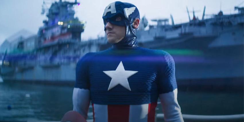 un cosplayer di captain americ è in posa statuaria di fronte a una portaerei - nerdface