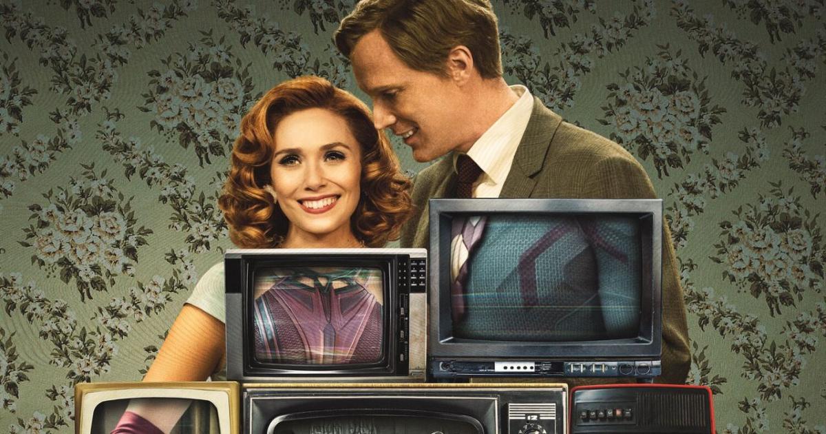 scarlet e visione sono in posa dietro alcuni schermi di vecchi televisori sui cui schermi appaiono i loro costumi - nerdface