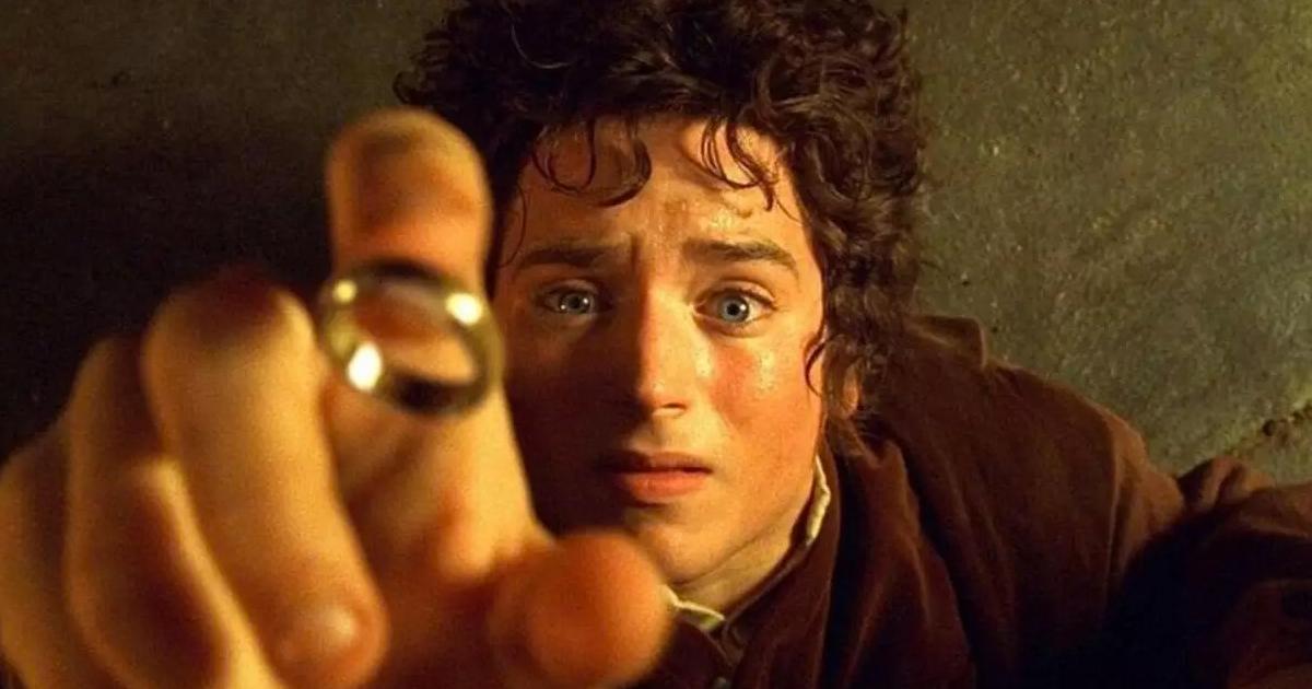 la celebre scena in cui frodo, steso a terra, sta per infilare al dito al volo l'anello - nerdface