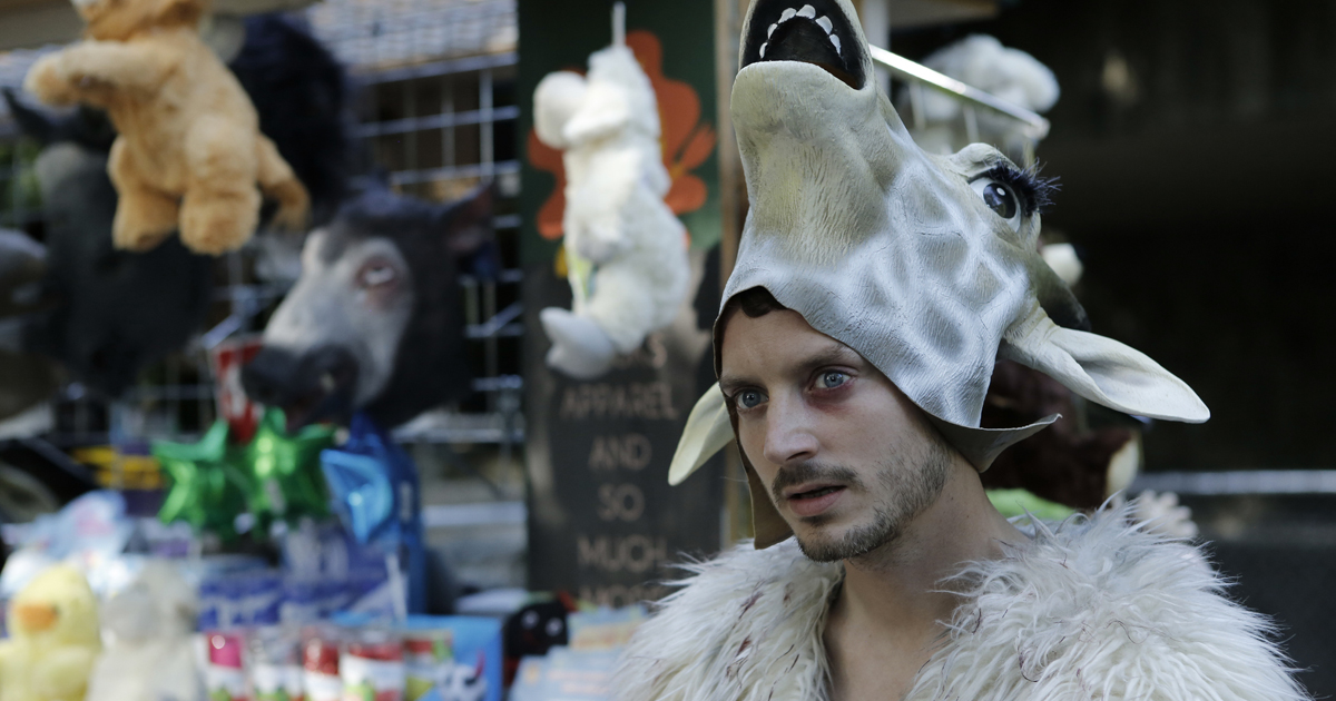 elijah wood in un altro film indipendente in cui indossa la maschera di una giraffa
