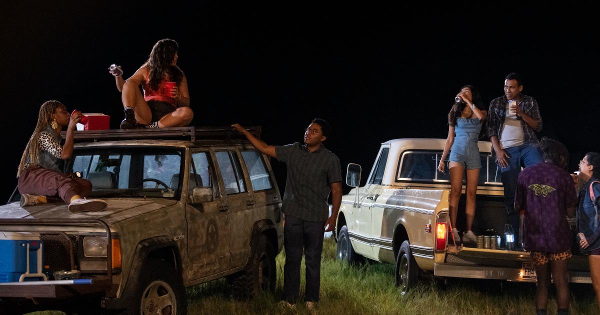 un gruppo di ragazzi fa festa sui due pick up in piena notte - nerdface