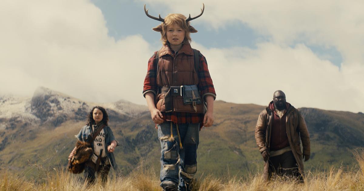 gus cammina davanti ai suoi due nuovi amici - nerdface