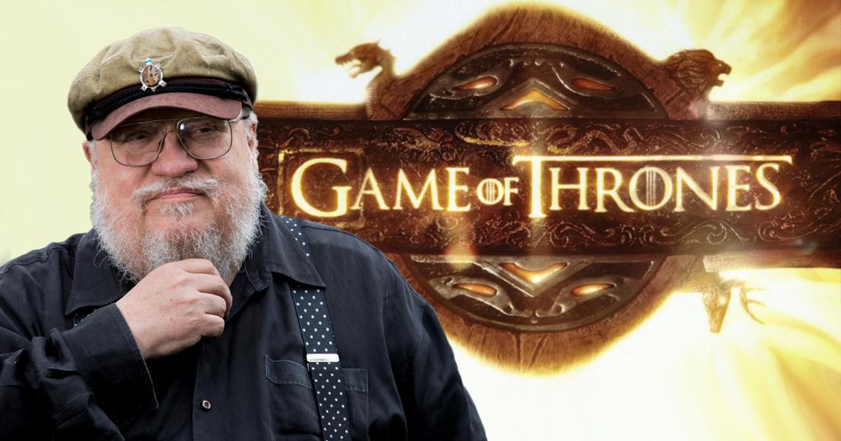 George R.R. Martin accanto allo stemma di Game of Thrones. Nerdface