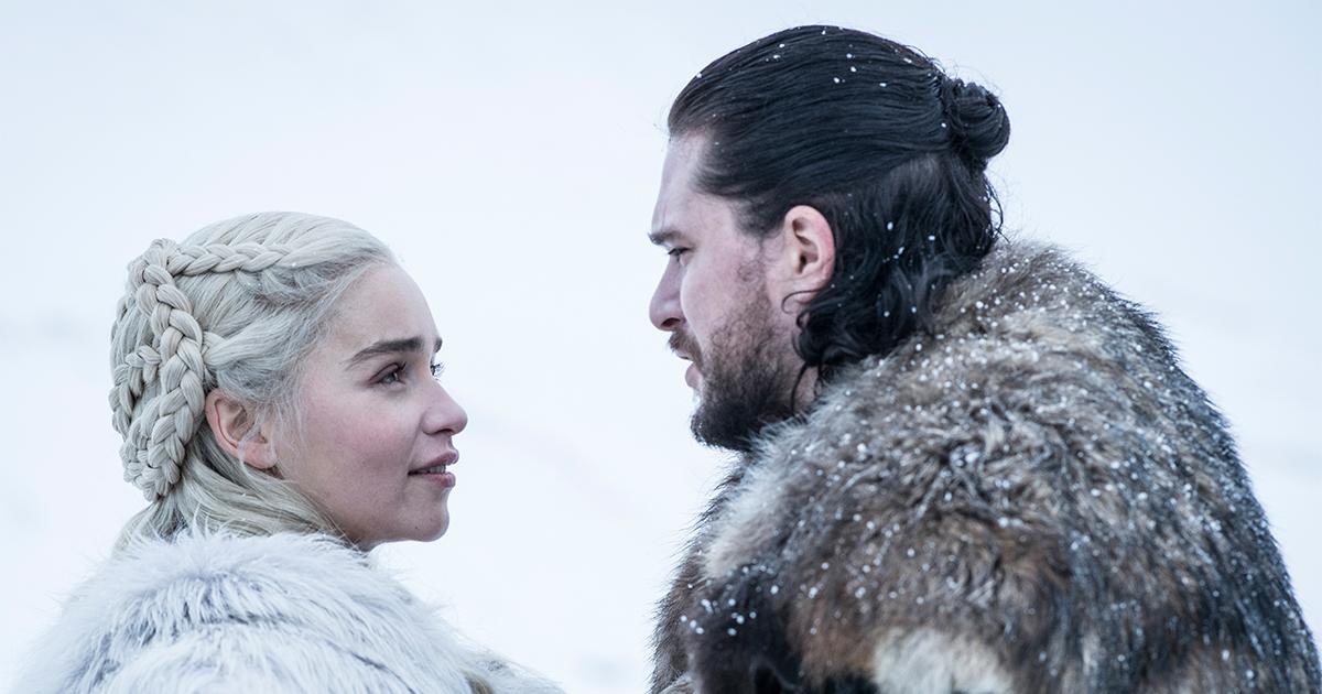 Game of Thrones: Daenerys e Jhon Snowsi guardano innamorati in mezzo alla neve in una scena della serie. Nerdface