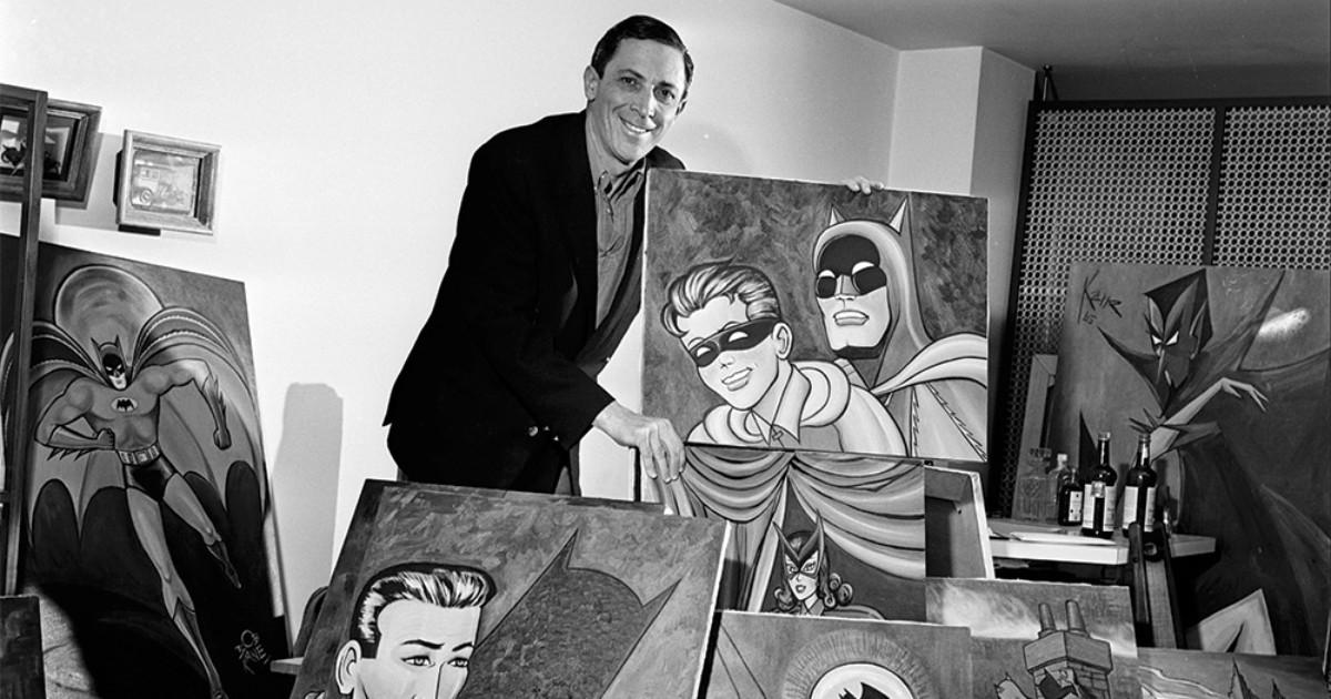 Bob Kane con una sua tavola di Batman e Robin