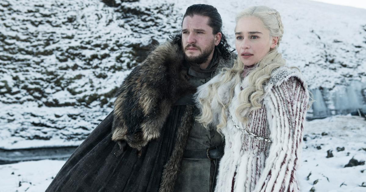 scena di Game of Thrones: Daenerys vestita di bianco e Jhon Snow nel suo classico mantelo del corvo, in mezzo alla neve