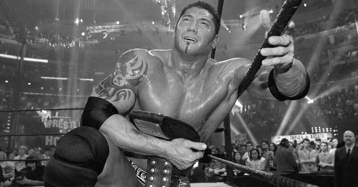 Dave Bautista appeso alle corde del ring - nerdface