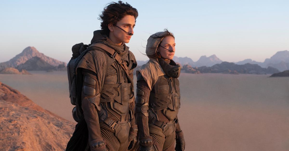 timothee chamalet e rebecca fergusono sono una accanto all'altra e guardano l'orizzonte del deserto di arrakis - nerdface