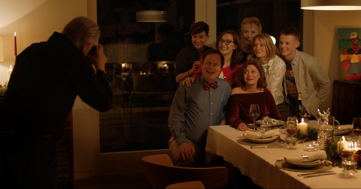 la famiglia è riunita a tavola e un uomo sta facendo una foto a tutti - nerdface