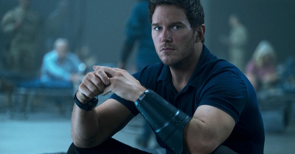 chris pratt indossa un grande bracciale di metallo nero sul braccio sinistro e guarda alla sua sinistra con preoccupazione - nerdface