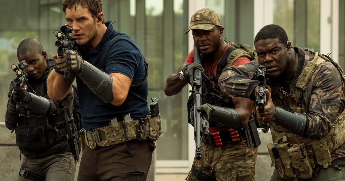 chris pratt in divisa militare e mitra imbracciato è alla testa di un gruppo di altri tre uomini - nerdface