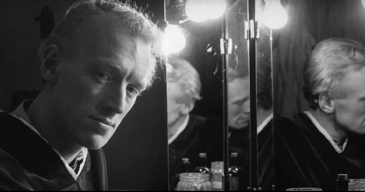 un gioco di riflessi sugli specchi di un camerino offre un ritratto speciale di max von sydow - nerdface