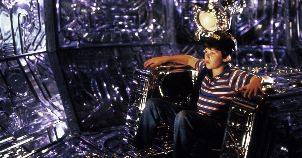 David si trova seduto nell'astronave aliena