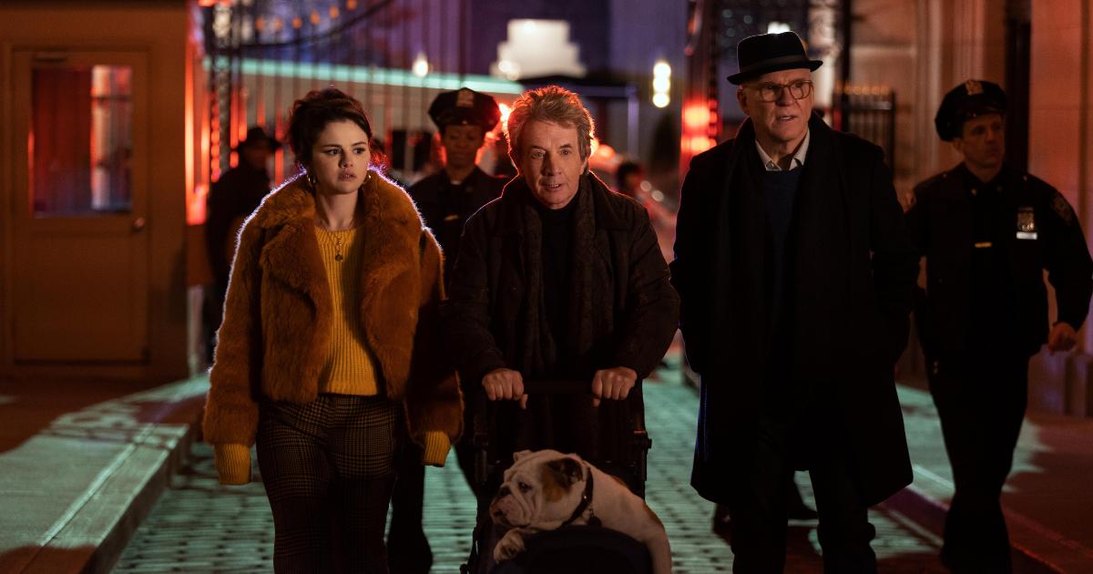 i tre protagonisti della sere sono di fronte a una scena del crimine, di notte, e uno dei tre porta un bulldog in passeggino - nerdface