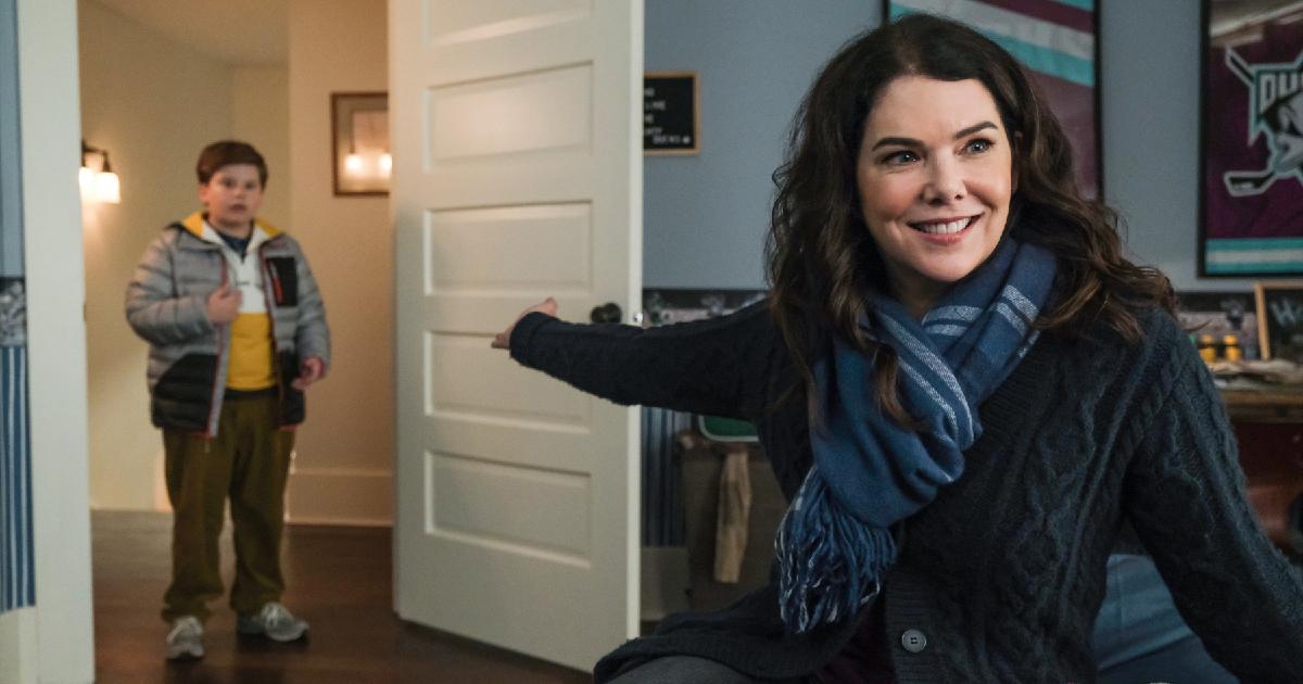 la madre del protagonista della serie stoffa da campioni apre la porta e lo indica ridendo - nerdface