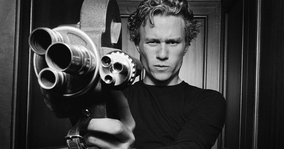 Primo piano di Heath Ledger con in mano una vecchia cinepresa - nerdface