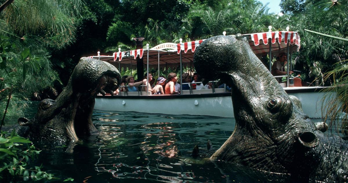 due ippopotami emergono dall'acqua di una attrazione disneyland