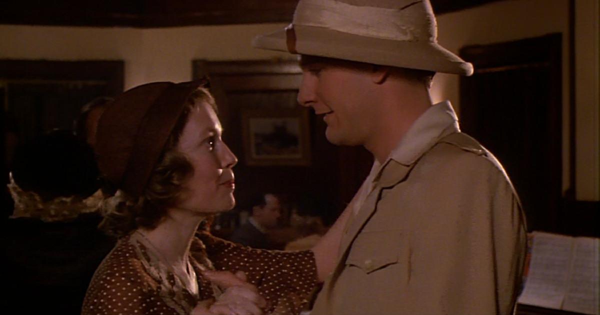 Cecilia e Tom Baxter ballando si guardano negli occhi in La RosaPurpurea del Cairo - nerdface