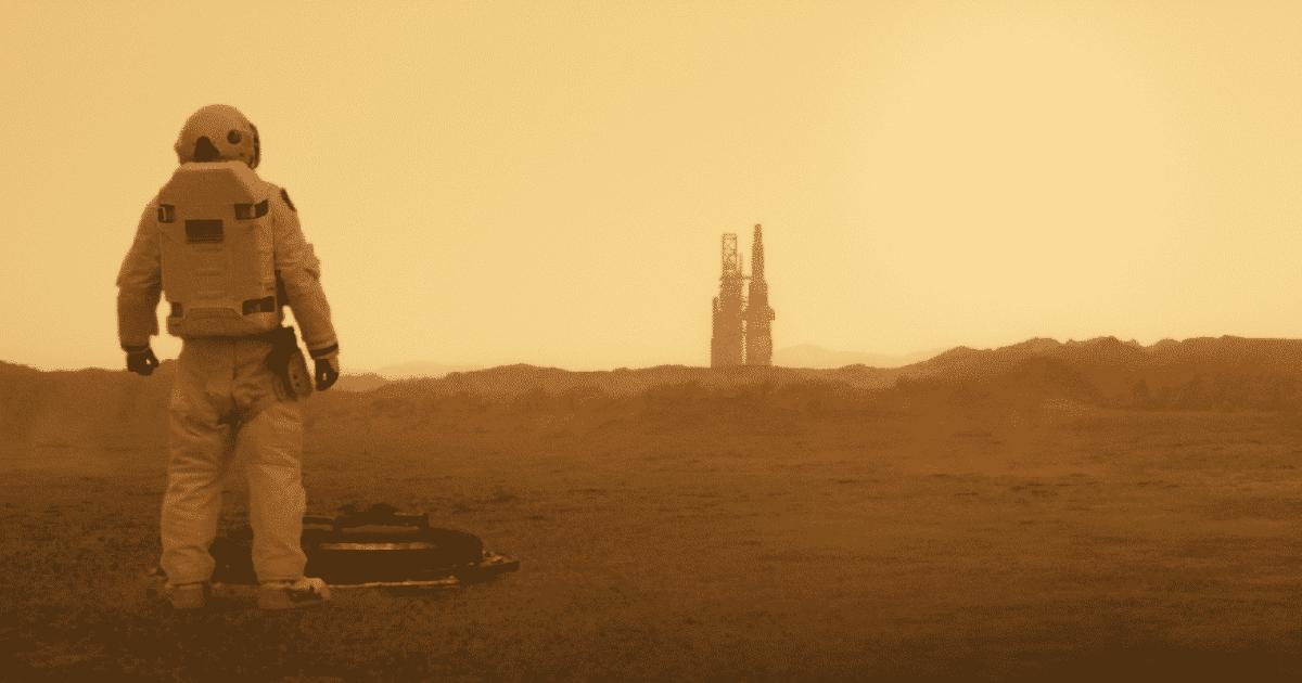 brad pitt in tuta spaziale cammina sulla superficie rossastra di marte - nerdface