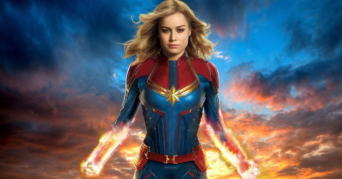 Captain Marvel in primo piano con il proprio costume - nerdface