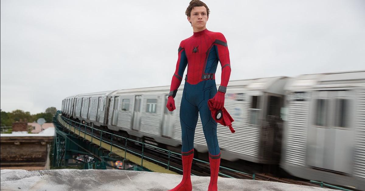 Tom Holland nei panni di Spider-Man con sullo sfondo una metropolitana in corsa - nerdface