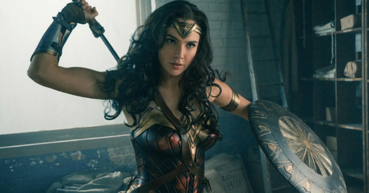 Gal Gadot nei panni di Wonder Woman con spada e scudo - nerdface