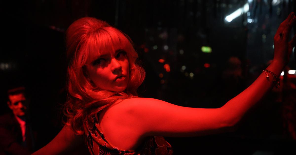 anya taylor joy balla in un locale - nerdface