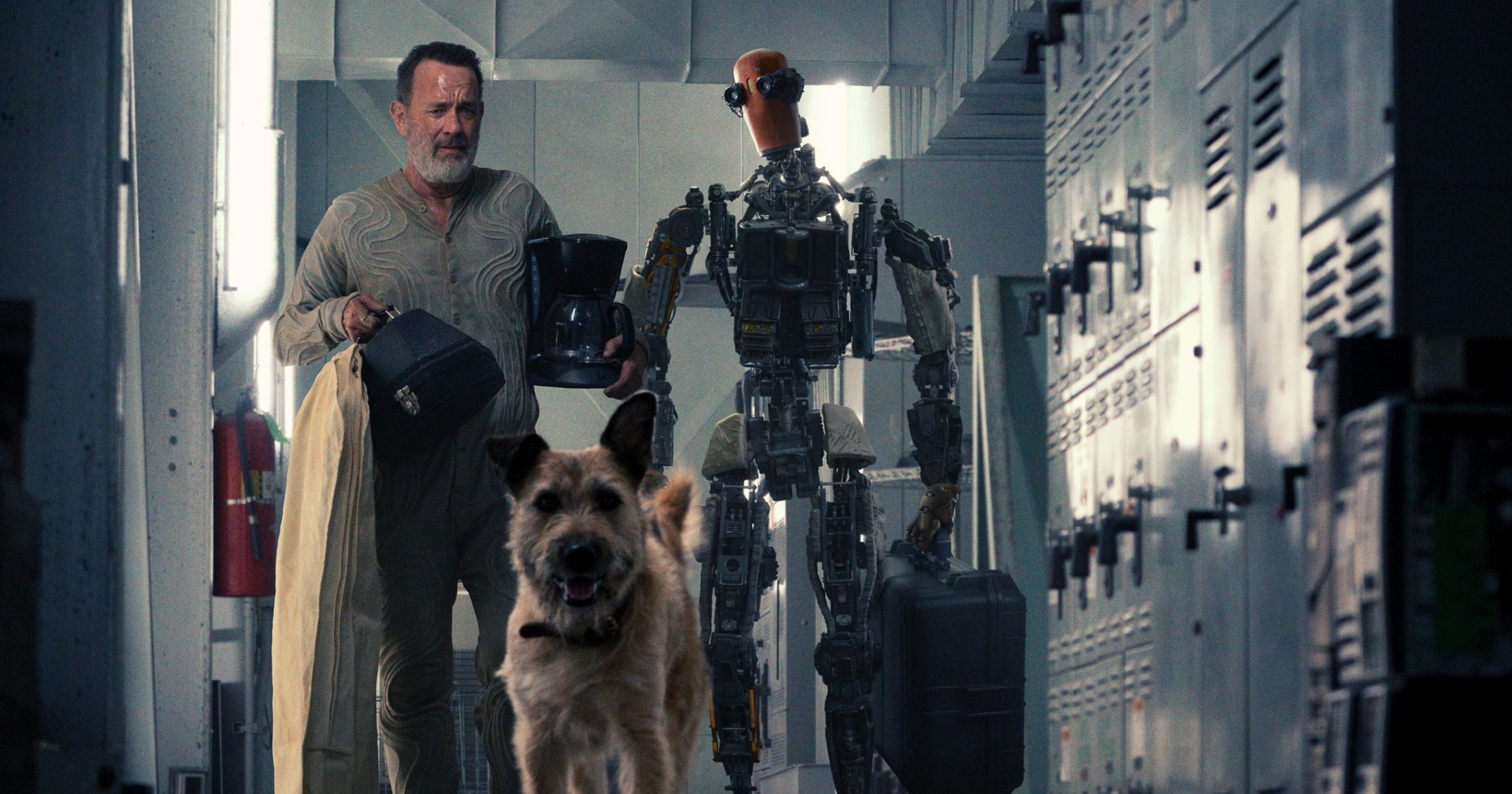 Finch, Goodyear e il robot camminano per un corridoio