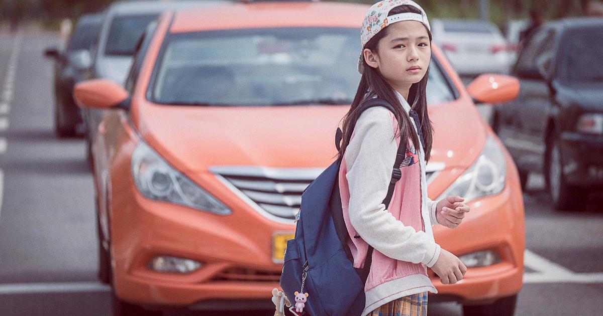 la piccola vittima sta per essere investita dal taxi arancione - nerdface