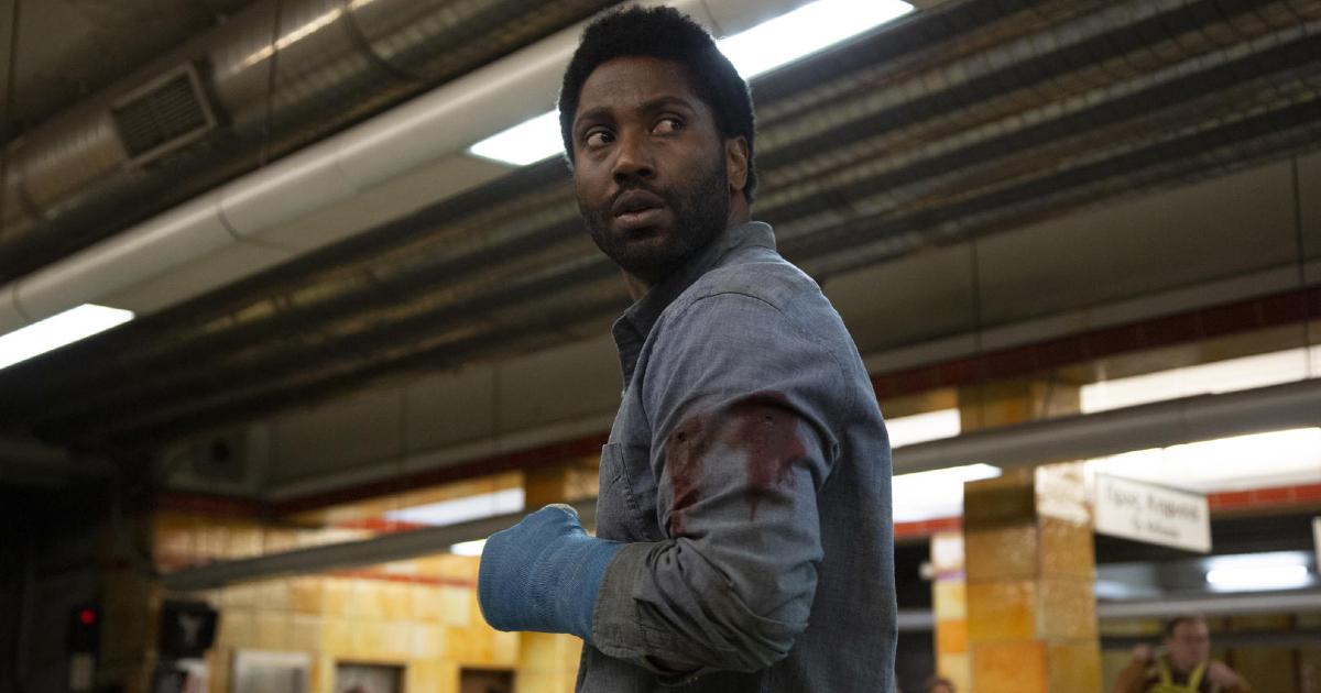 il protagonista è in fuga all'interno di una stazione della metro - nerdface