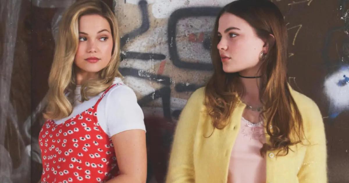 le due protagoniste sono poggiate a un murales e si guardano con aria di sfida - nerdface