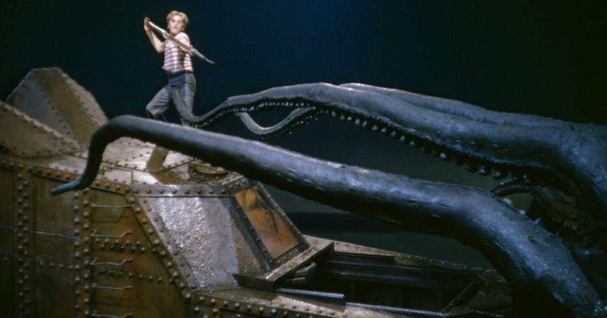 nem cerca di arpionare un enorme piovra mentre è sopra il nautilus, nel film 20.000 leghe sotto i mari del 1954 - nerdface