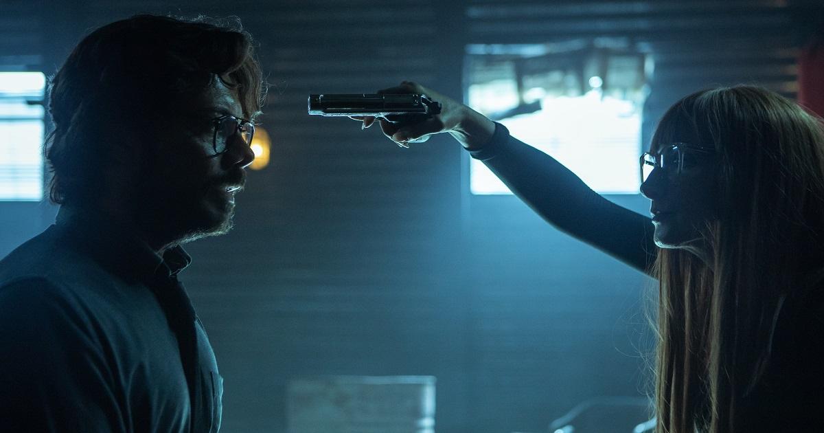 il professore è stato scoperto e una donna gli punta una pistola sulla fronte - nerdface