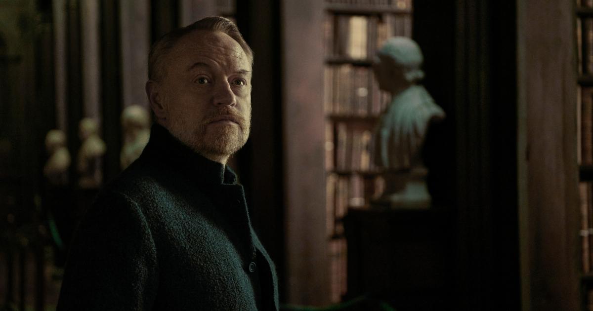 l'attore che interpreta hari seldon è in una biblioteca e guarda indietro - nerdface