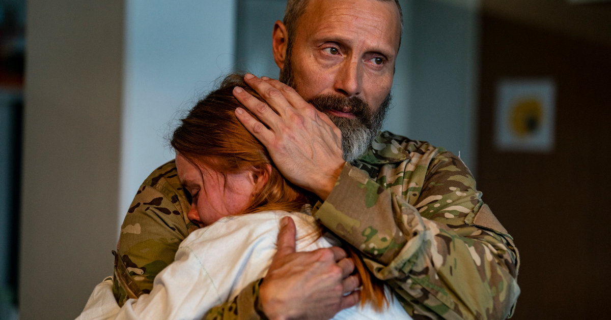 mads mikkelsen abbraccia sua figlia - nerdface